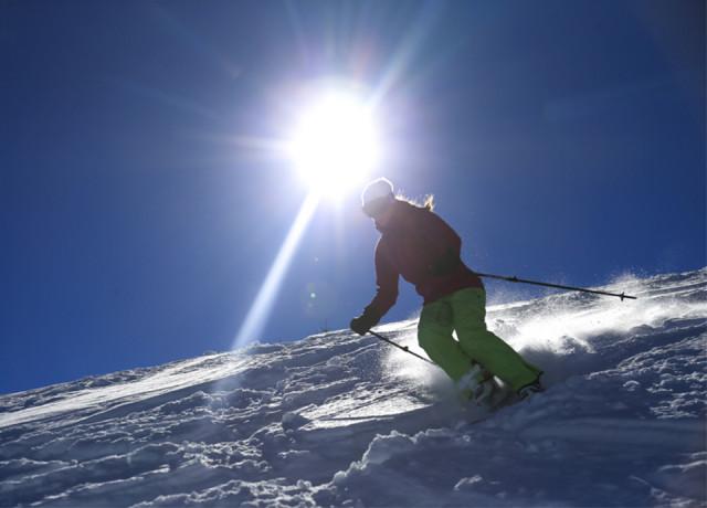 Skiër op de dag