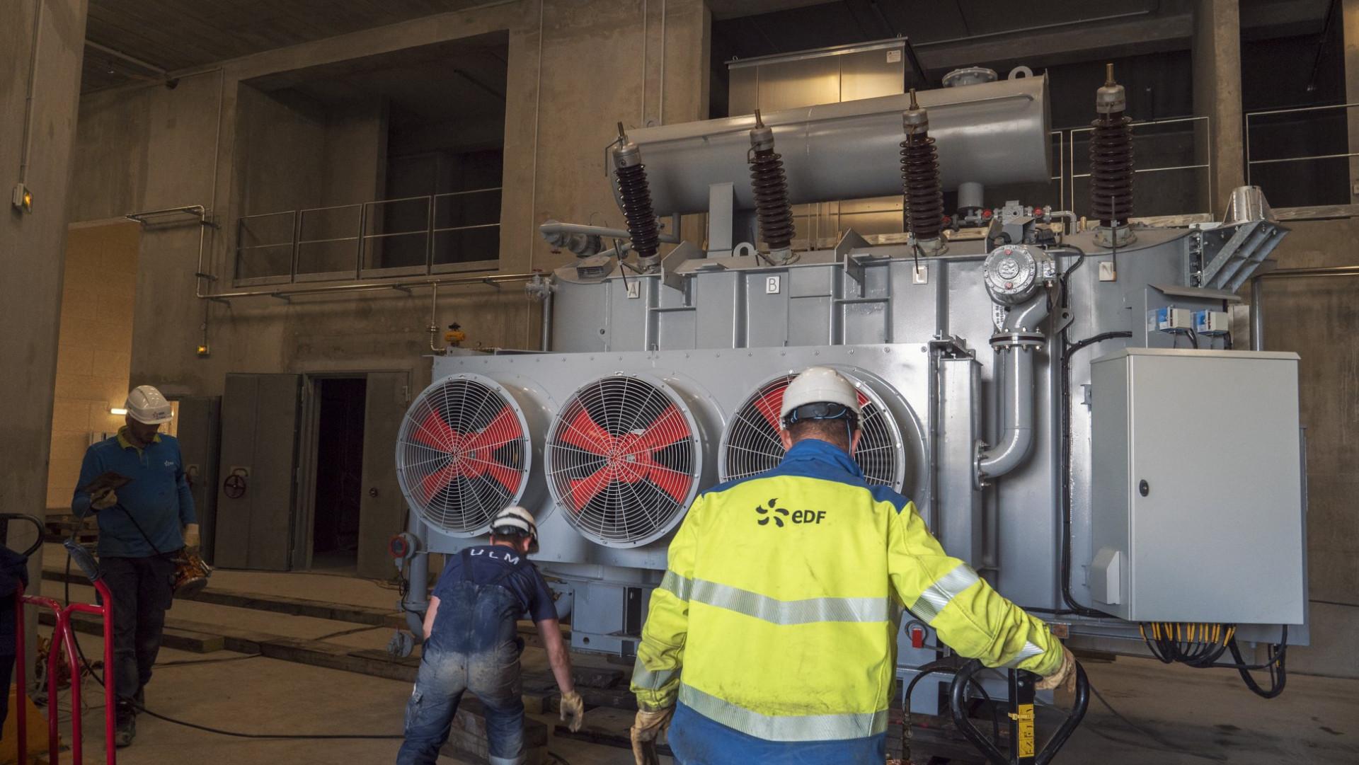 Délicate et minutieuse opération de retournement du transformateur