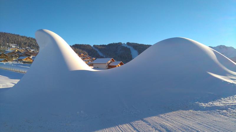 Sculpture en neige de culture sur le front de neige