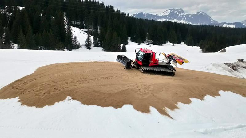 Stockage de la neige sous la sciure (snowfarming)